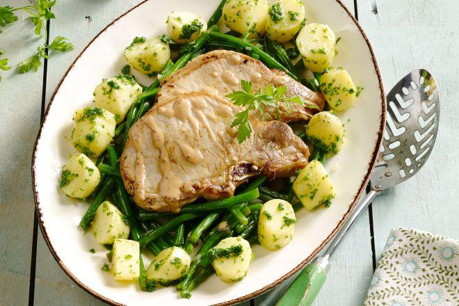 Kalfskotelet met peterselie-aardappelen, graanmosterdsaus en boontjes