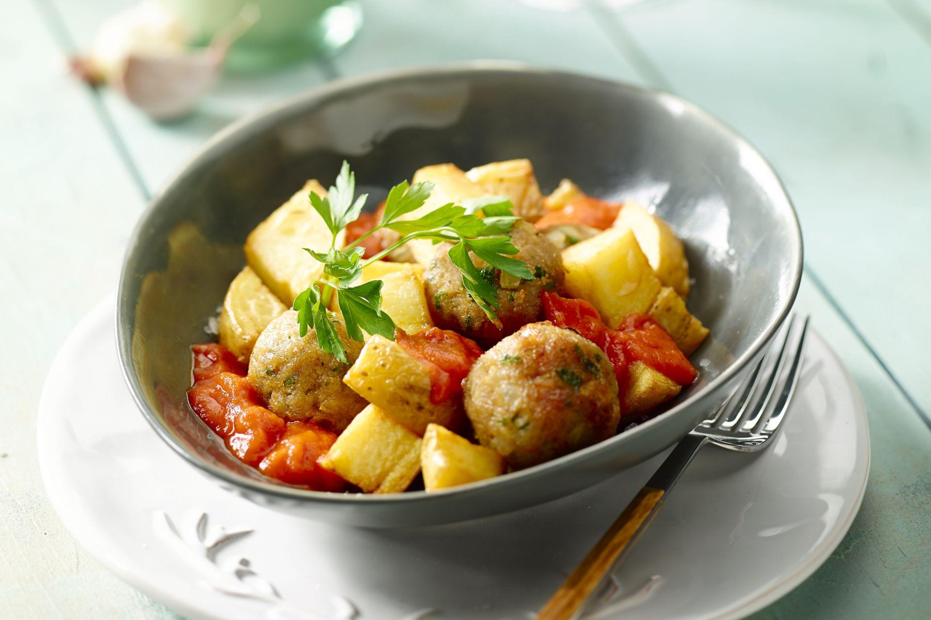Patatas bravas met balletjes in tomatensaus
