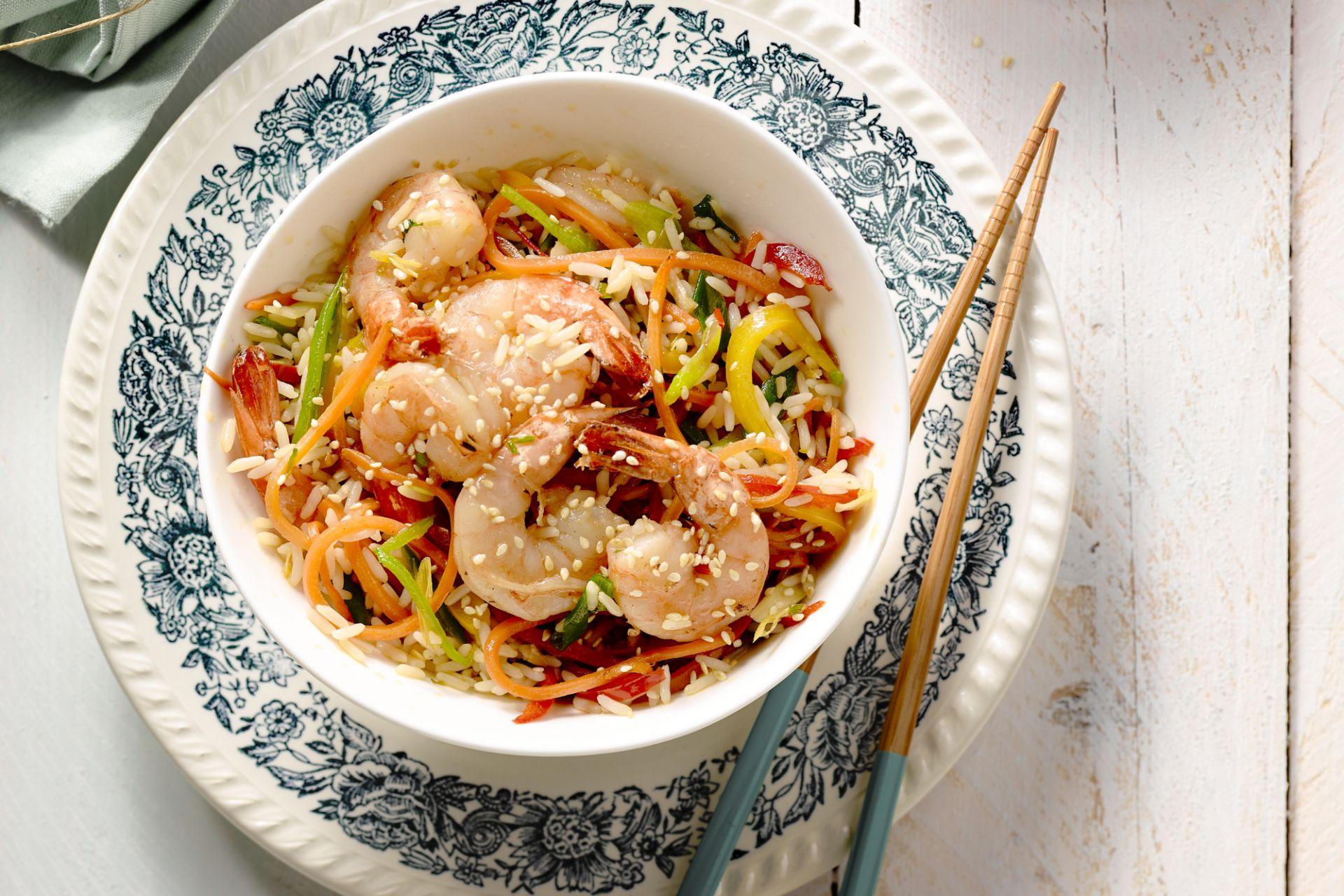 Wok met scampi, wortelen, peultjes en rijst
