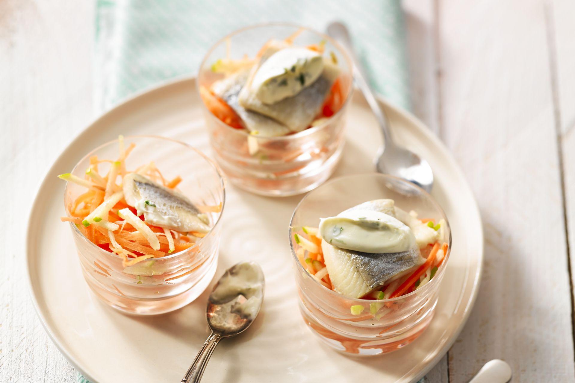 Zure haringfilet met halfgeklopte limoenroom en een julienne van wortel en granny smith