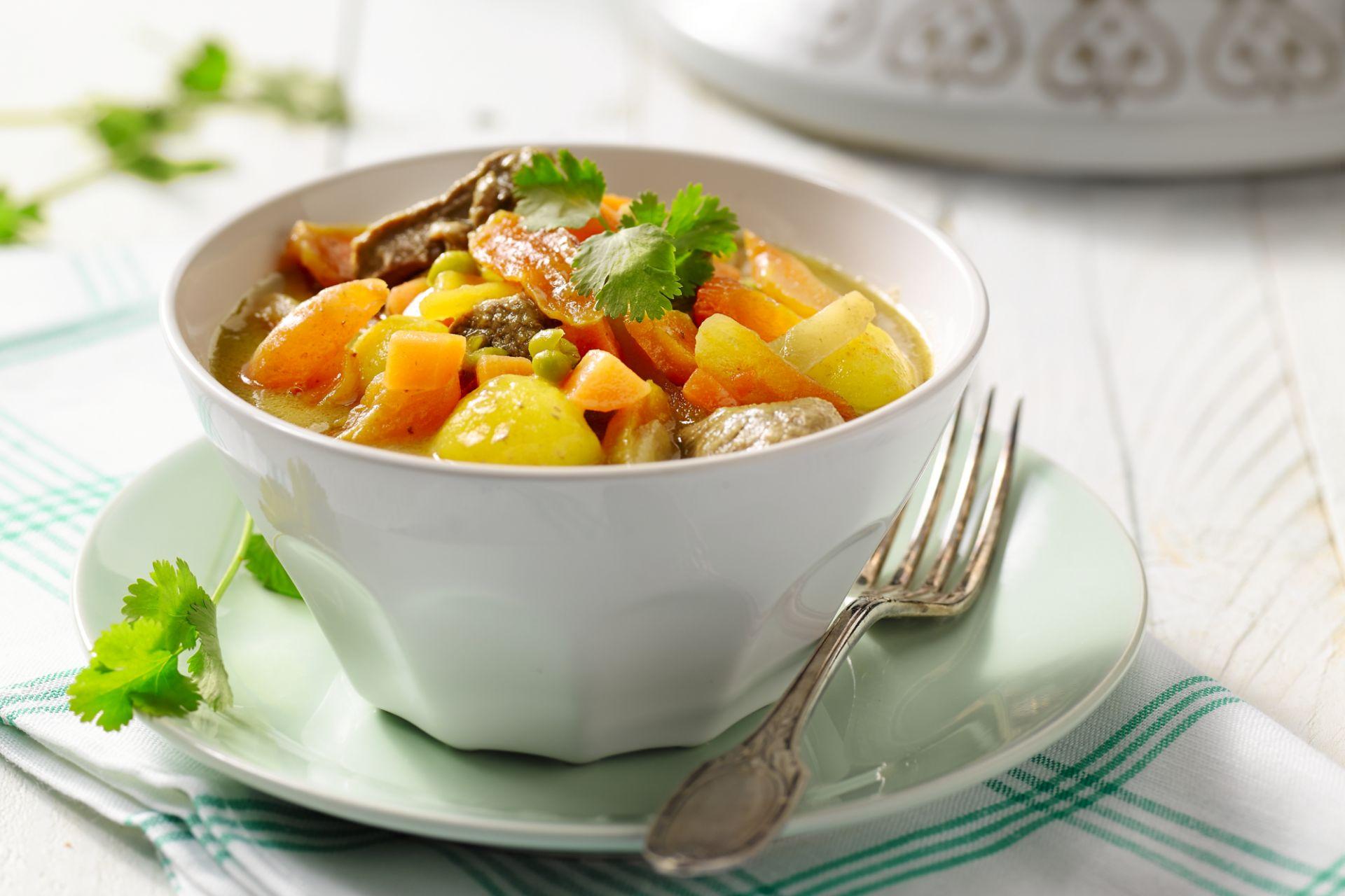 Lamstajine met wortelen, saffraan aardappelen, abrikozen en komijn