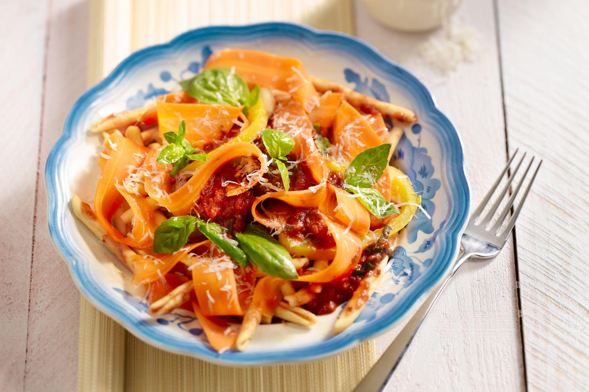Pasta in tomatensaus met wortelen en gele paprika