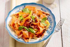 Foto van Pasta in tomatensaus met wortelen en gele paprika