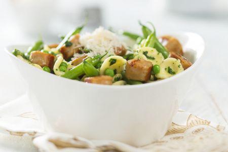 Orecchiette met pesto, boontjes, erwtjes en kippenworst