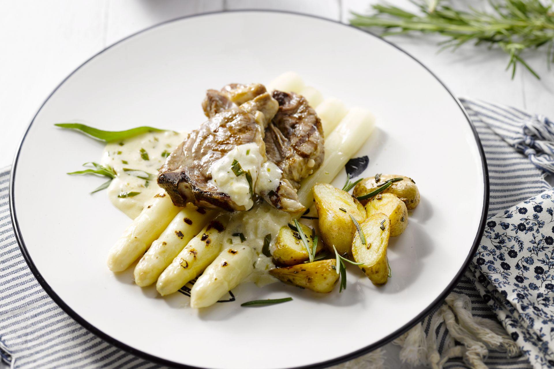 Lamskoteletjes met asperge, gebakken aardappeltjes en dragonsaus
