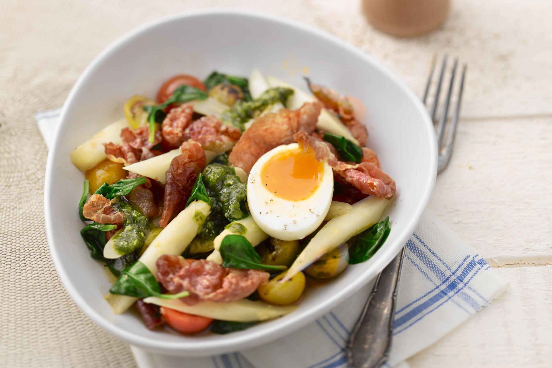 Salade van asperge met kerstomaatjes, serranohamkrokantjes en een pesto van koriander