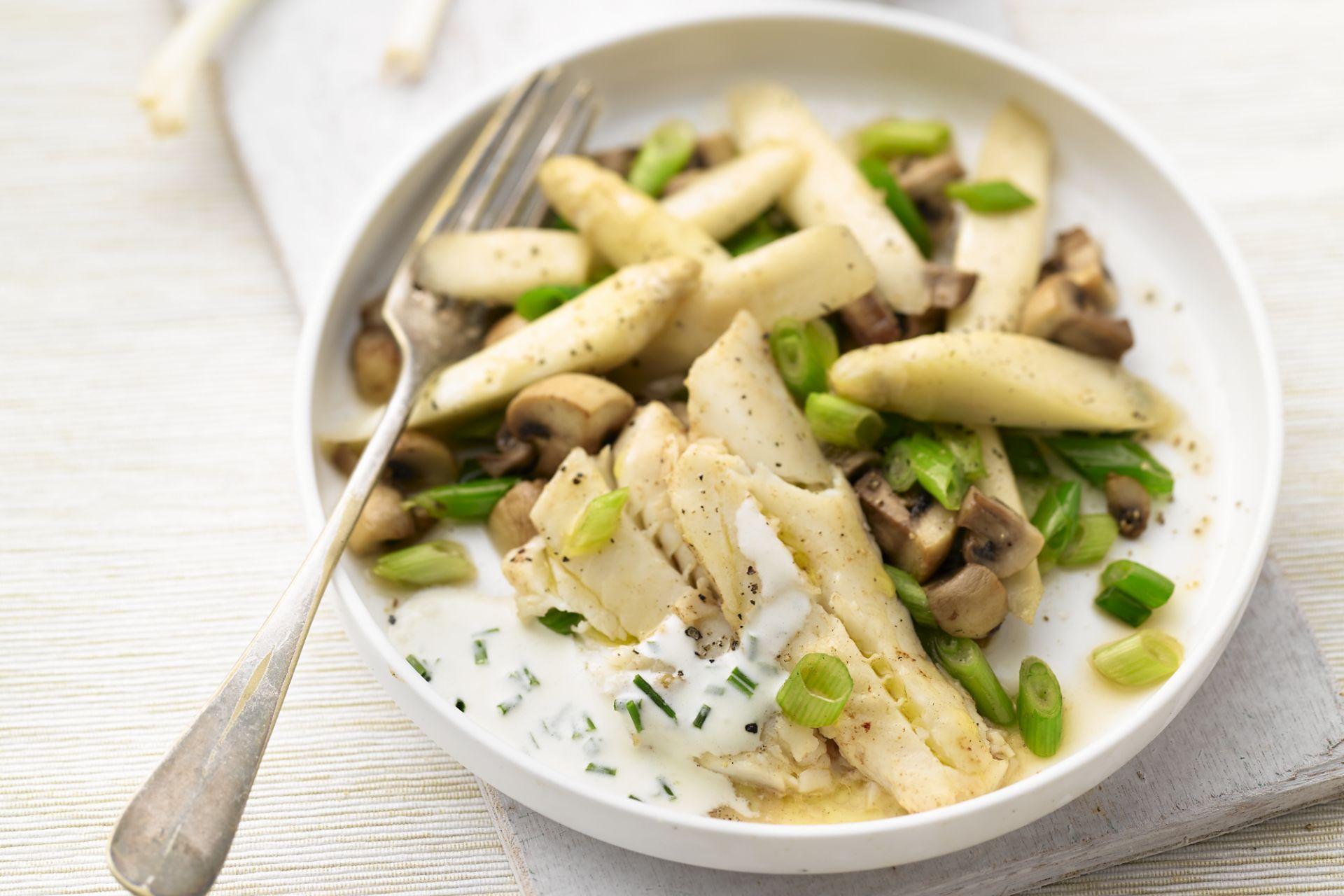 Gebakken wijting met roerbak van asperge, champignons, lente-ui en bieslooksausje