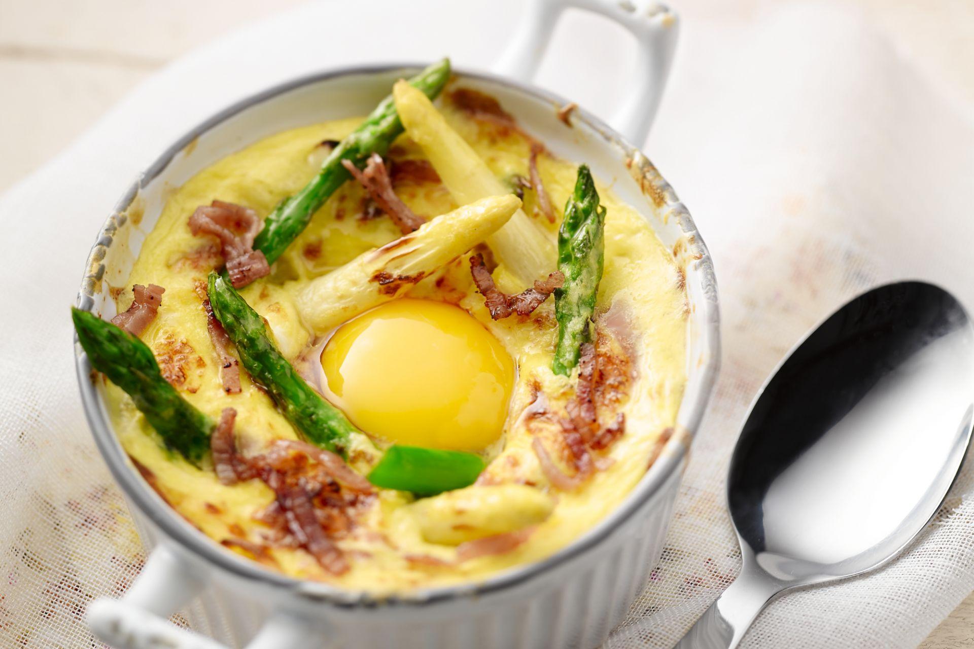 Cocotte van asperges met ei en gruyere