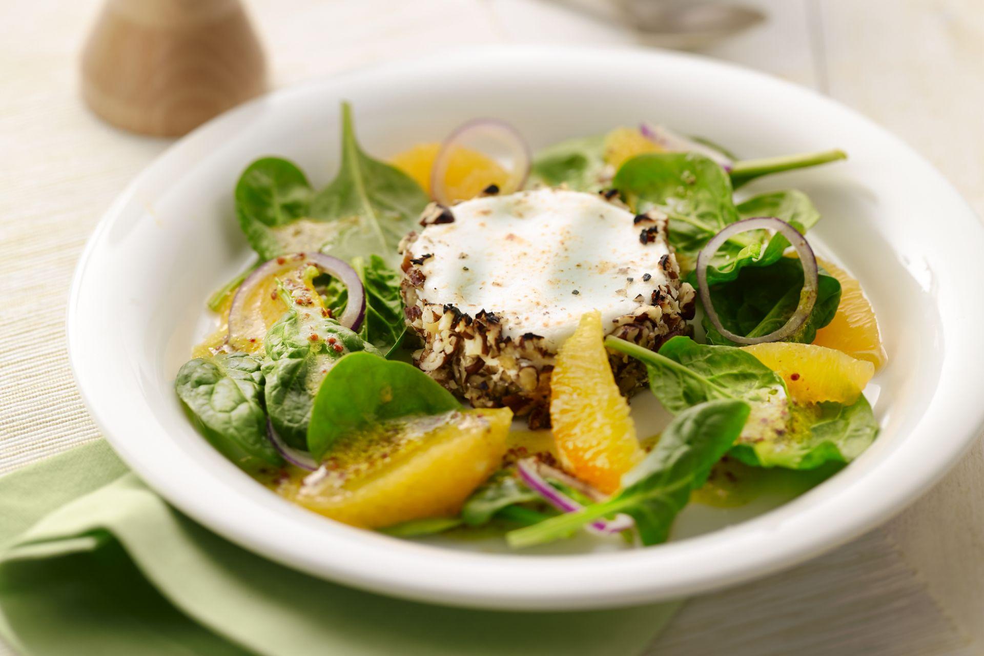 Salade met spinazie, sinaasappel en warme geitenkaas