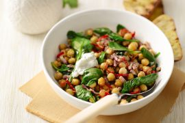 Foto van Pannetje van spinazie met kikkererwten en yoghurtdressing