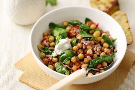Pannetje van spinazie met kikkererwten en yoghurtdressing