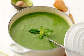 Foto van Spinazie soep met avocado en verse munt