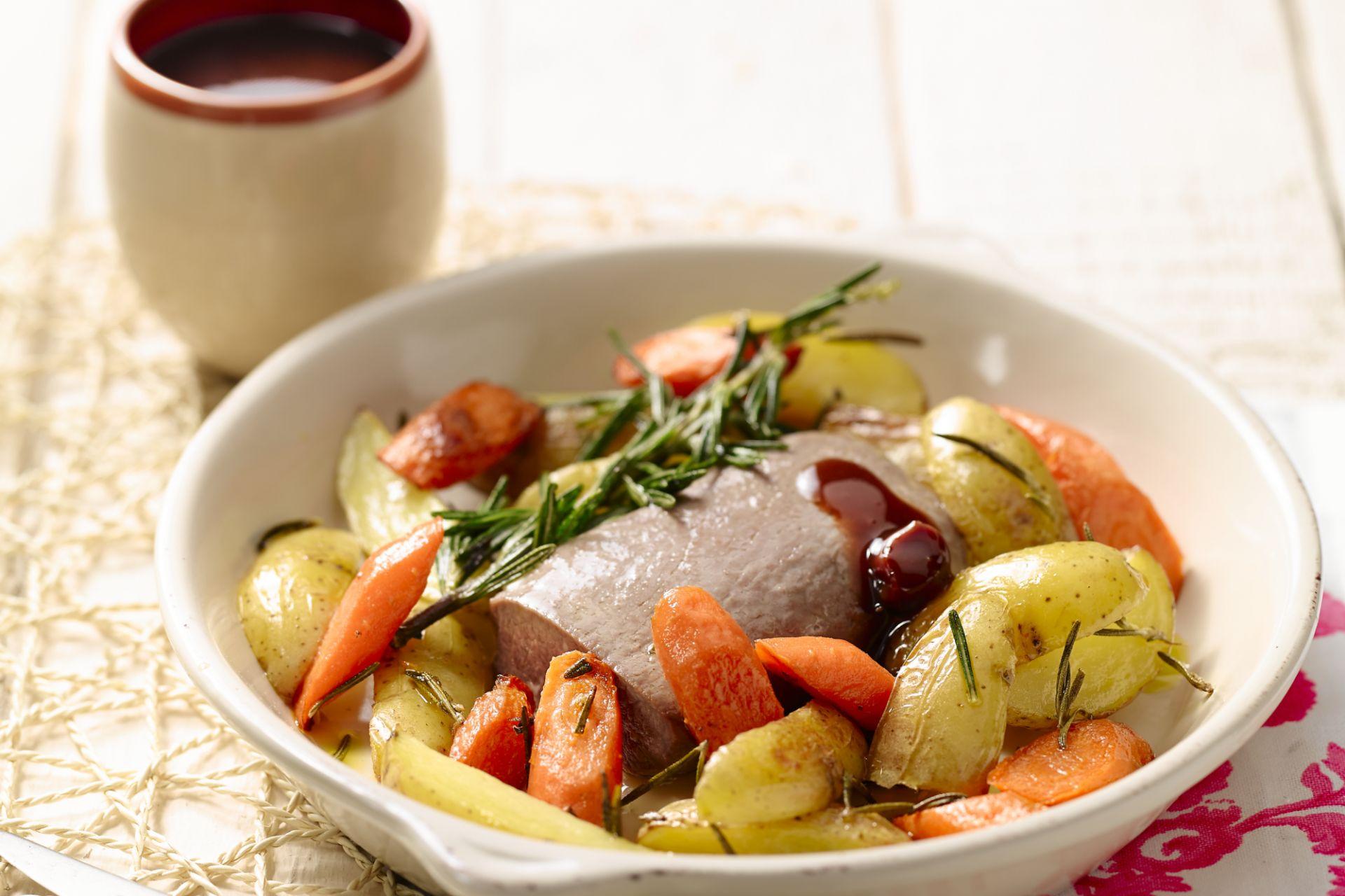 Gegrild lamsvlees met worteltjes en aardappelen