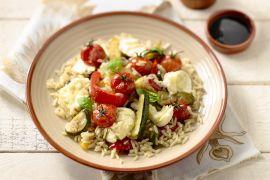 Foto van Geroosterde groentesalade met rijst en mozzarella
