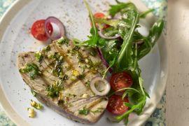 Foto van Gegrilde tonijnsteak met rucolasalade