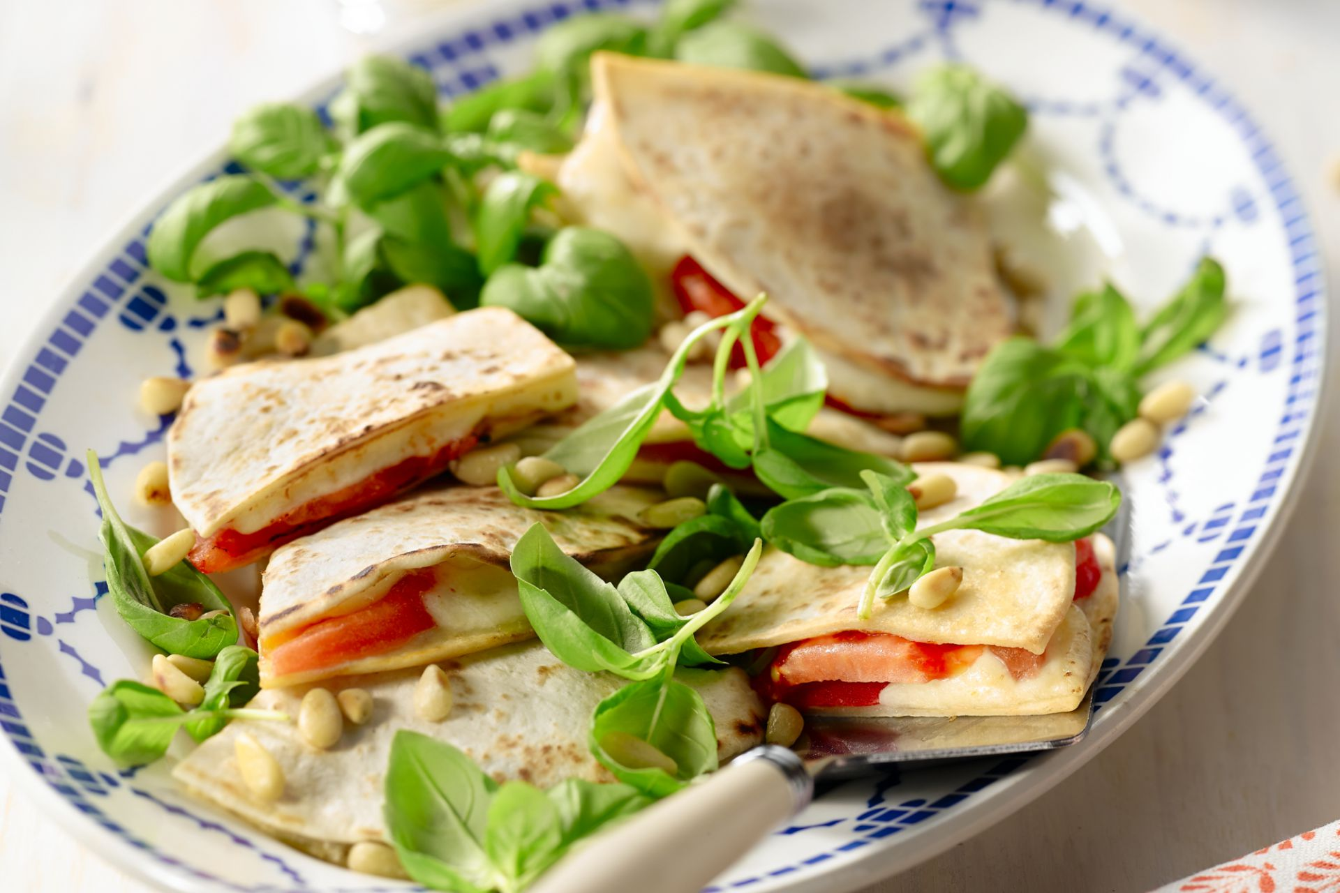 Quesadillas met tomaat, mozzarella en basilicum