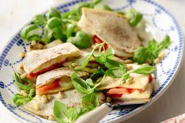 Foto van Quesadillas met tomaat, mozzarella en basilicum