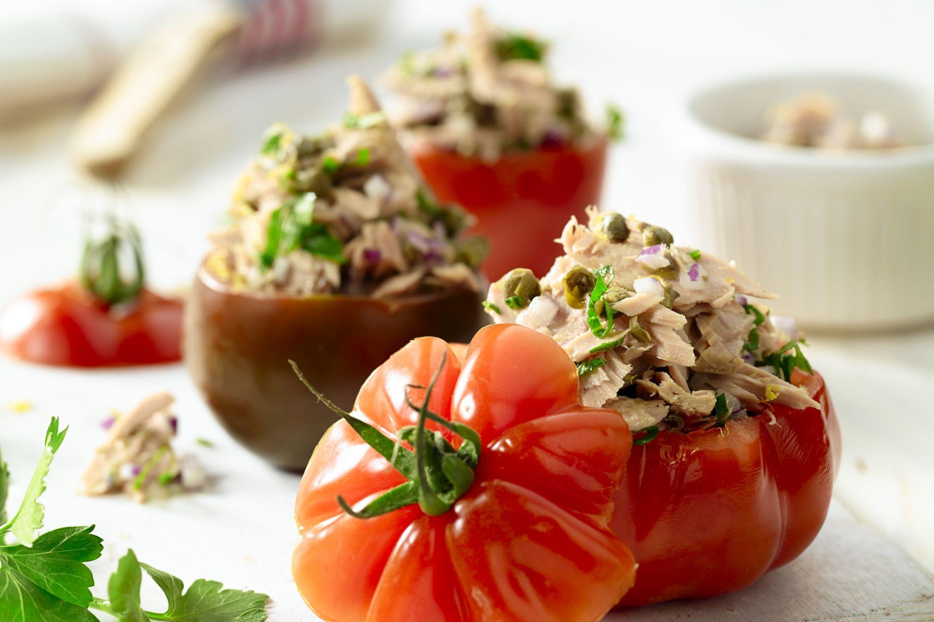 Met tonijnsalade gevulde tomaten