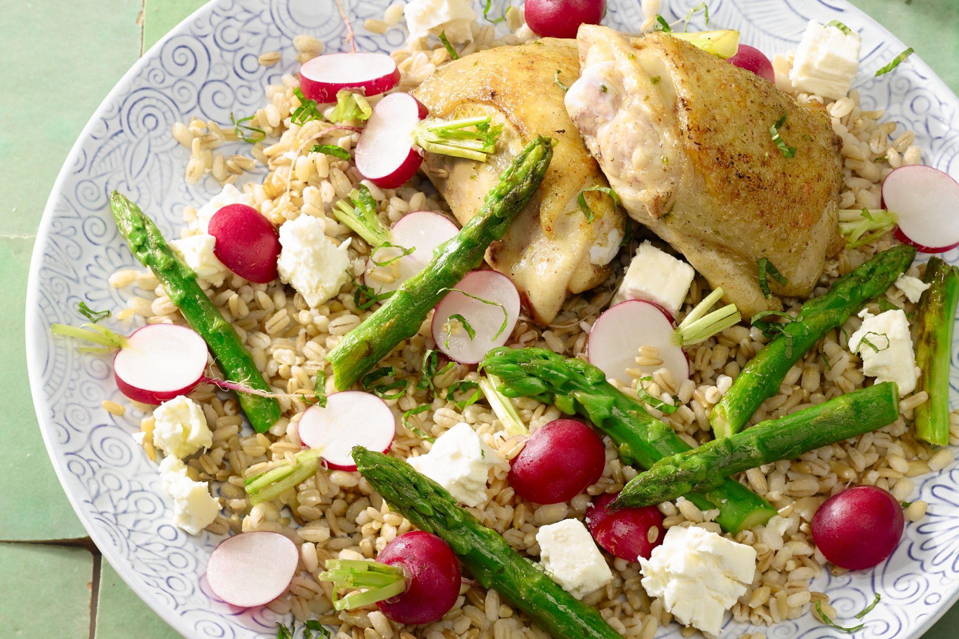 Graantjessalade met groene asperges en geroosterde kippendij