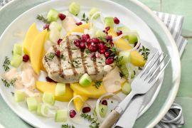 Foto van Zomerse salade met mango, komkommer en gegrilde varkensmedaillons