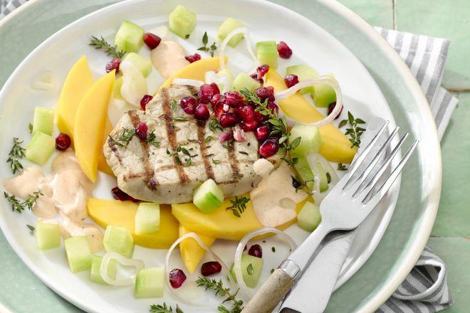 Zomerse salade met mango, komkommer en gegrilde varkensmedaillons