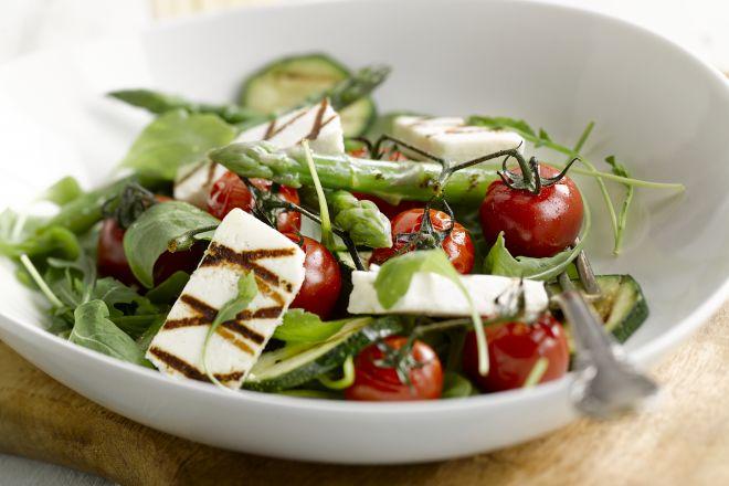 Salade van geroosterde asperges, courgettes en manouri