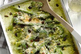 Foto van Gratin van groene asperges met broccoli, pijnboompitten en rozijnen