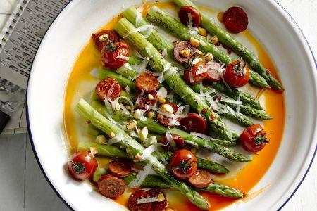 Geroosterde groene asperges met kerstomaatjes, chorizo, amandelen en manchego
