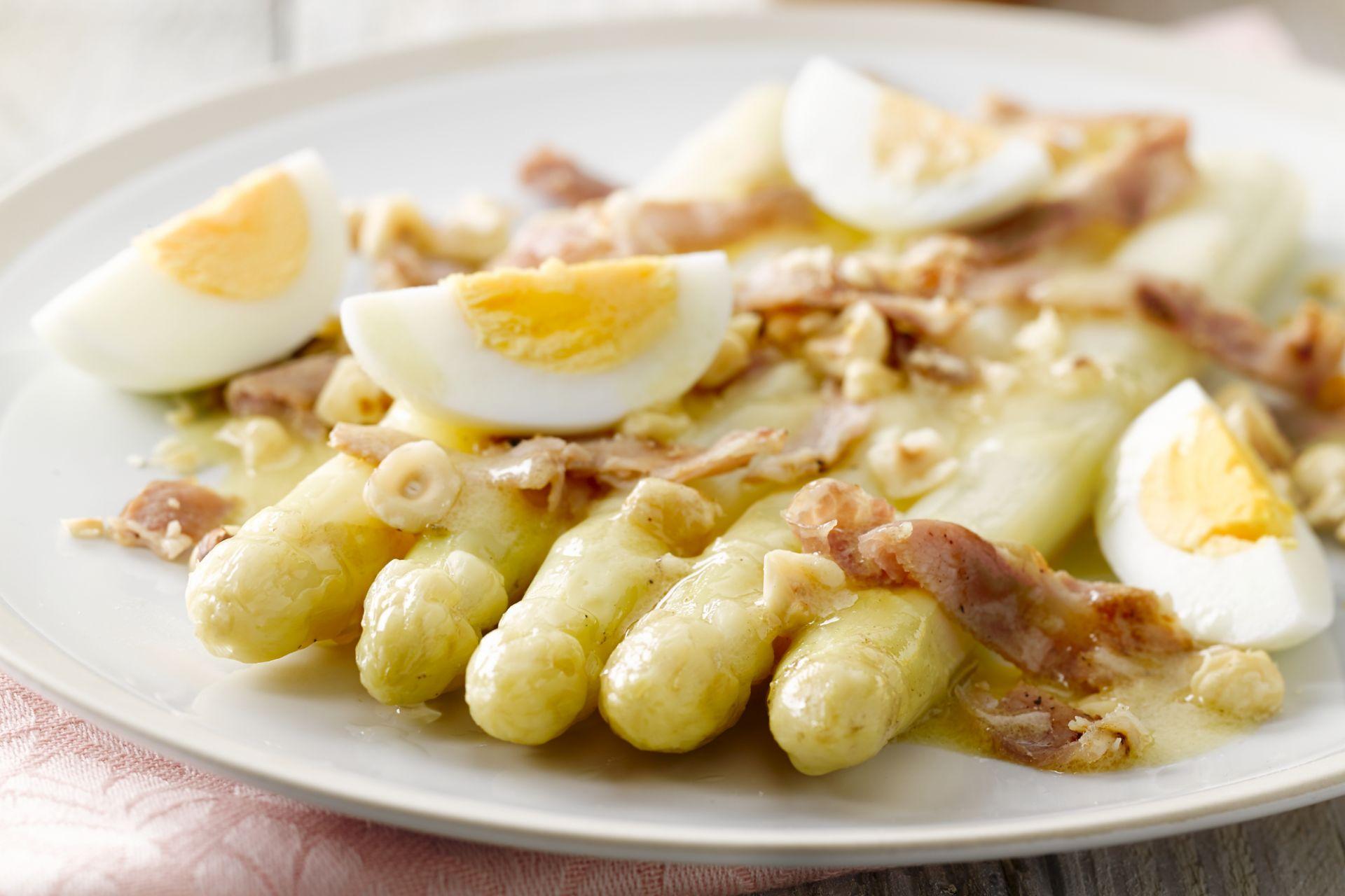 Warme salade van asperges, bacon & hazelnoten