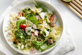 Foto van Pastasalade met mozzarella en salami