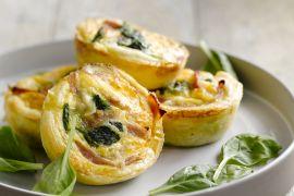 Foto van Bladerdeegnestje met spinazie en ei