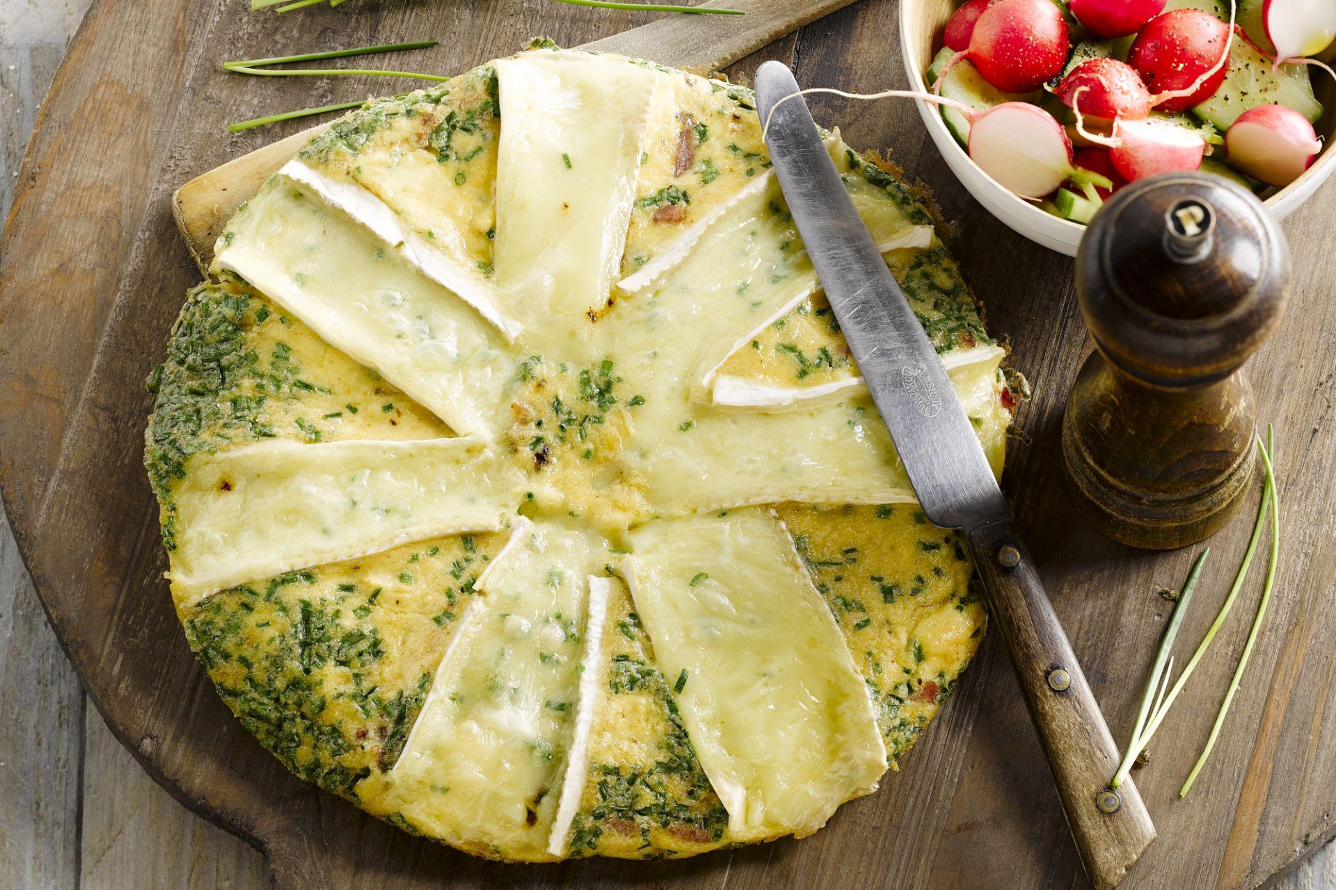 Bacon en brie omelet met een groen slaatje