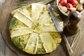 Foto van Bacon en brie omelet met een groen slaatje