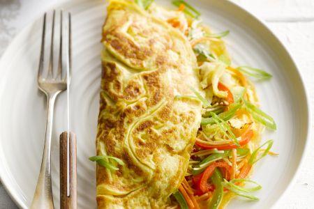 Aziatische groente- en noedelomelet