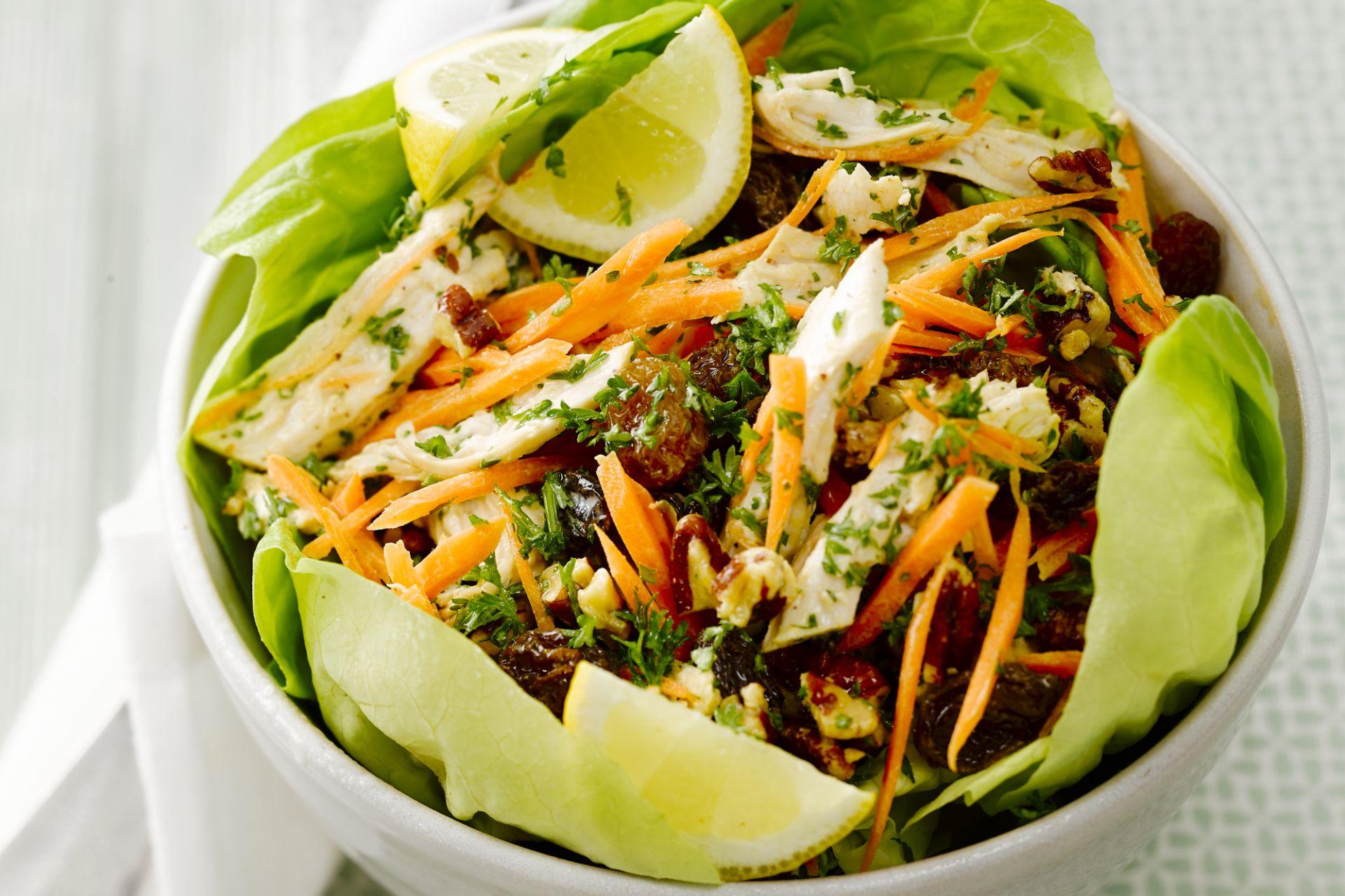 Kipsalade met wortel, rozijnen en pecannoten