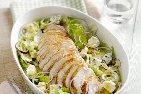 Kalkoenfilet met een salade en blauwe kaas