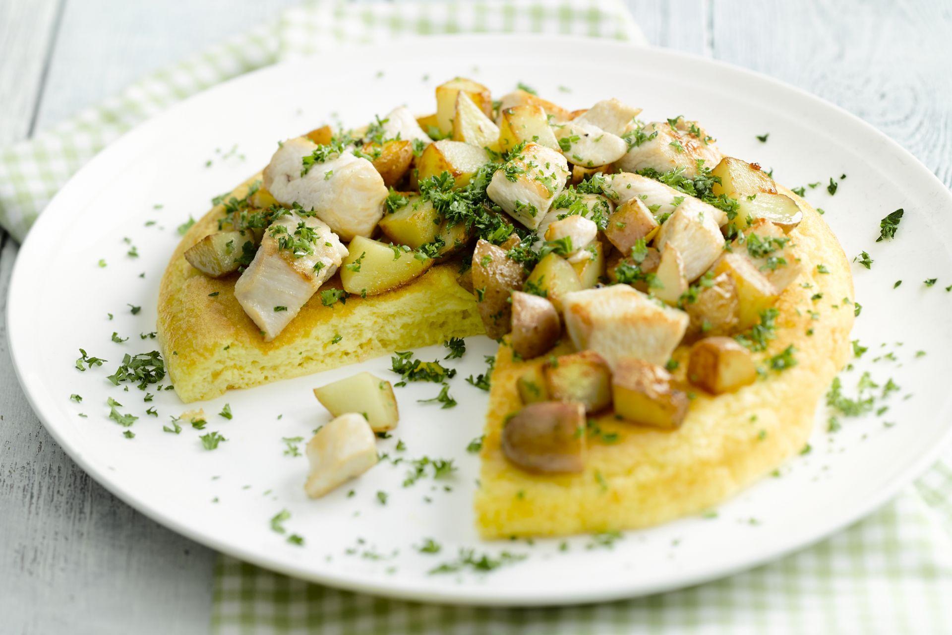 Omelet met een wokschotel van aardappel en kip