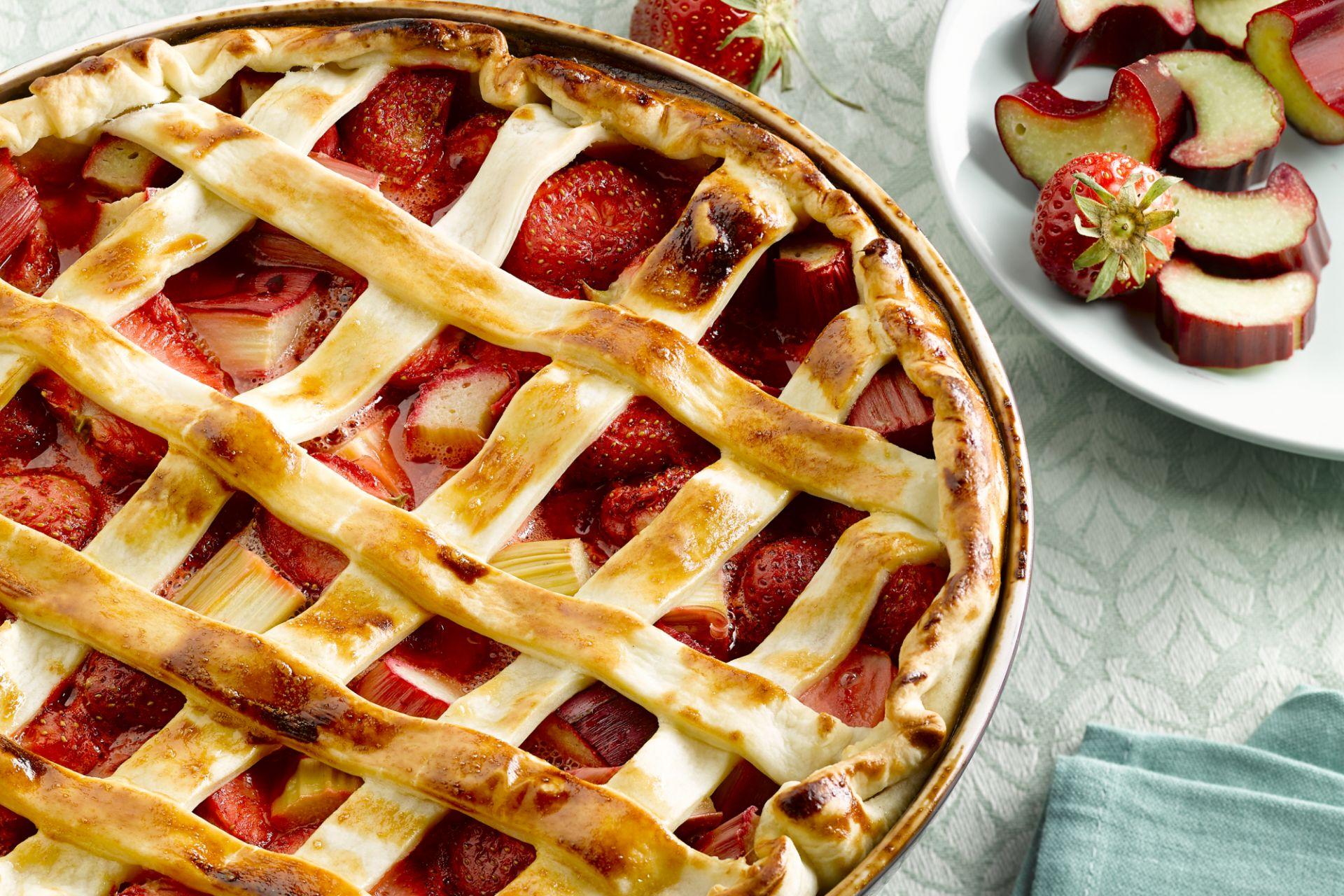 Aardbeien en rabarber taart