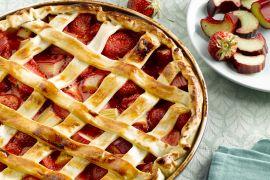 Foto van Aardbeien en rabarber taart