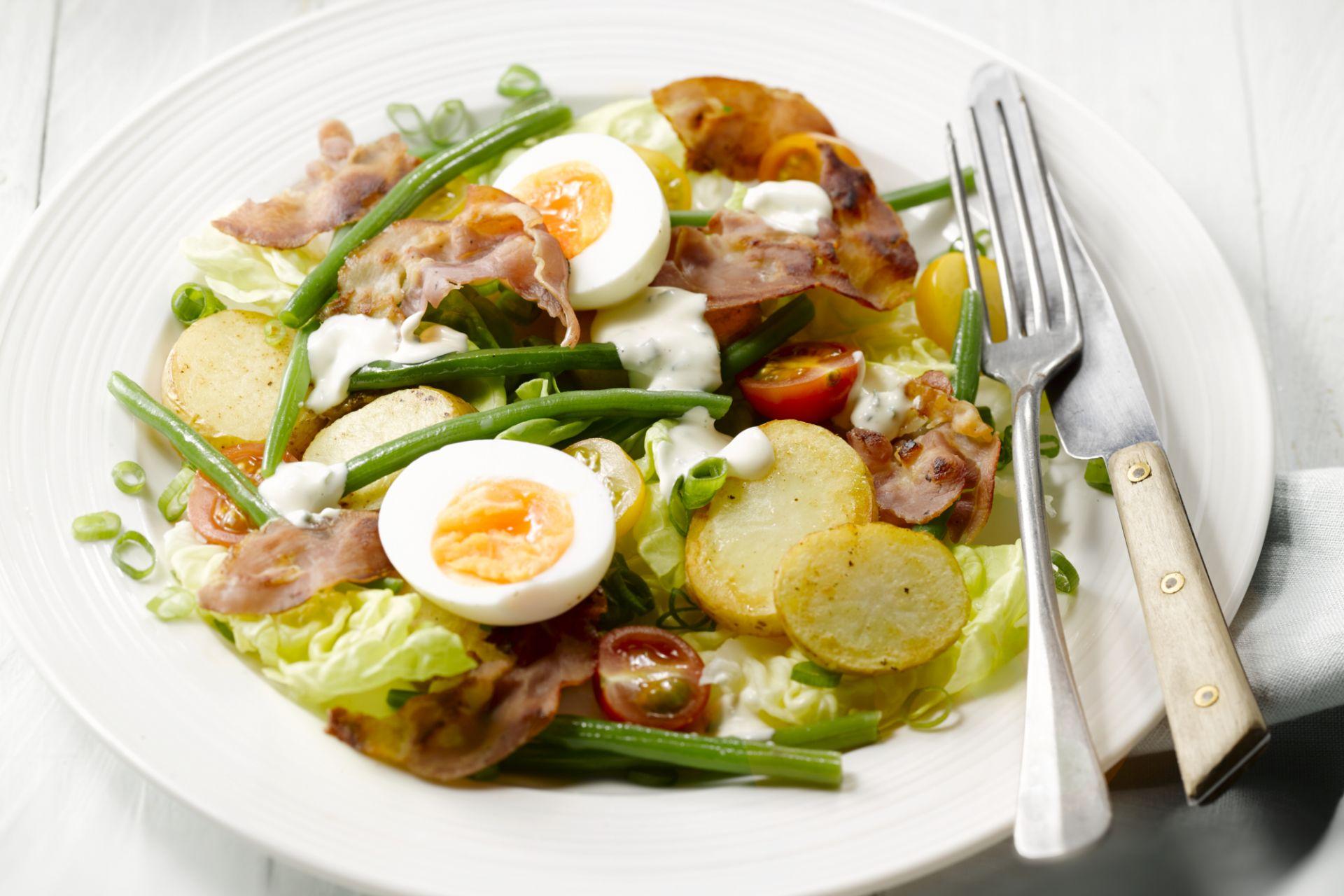Aardappelsalade met krokante pancetta en ei
