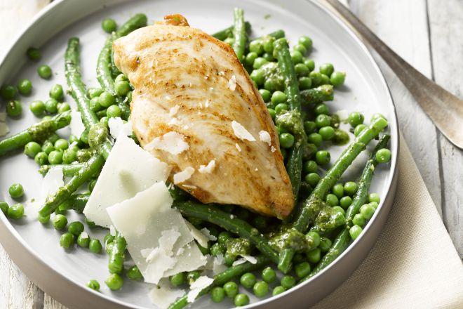 kip met boontjes, erwtjes en pesto
