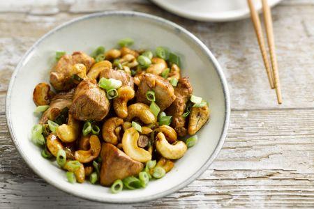 Wok van kip met cashewnoten en lente-ui