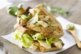 Foto van Club sandwich met kip en salsa verde