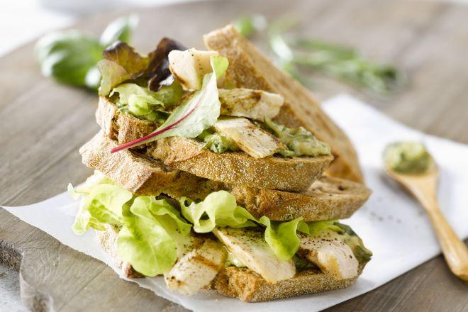 Club sandwich met kip en salsa verde