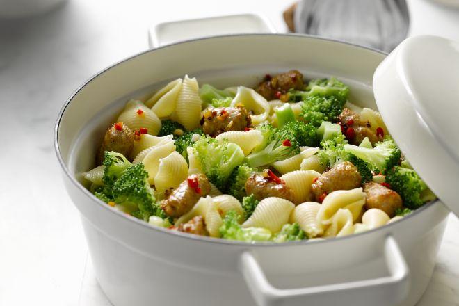 Pastaschelpen met worst en broccoli
