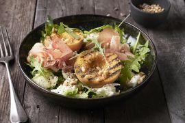 Foto van Salade van perzik, rucola, rauwe ham en mozzarella