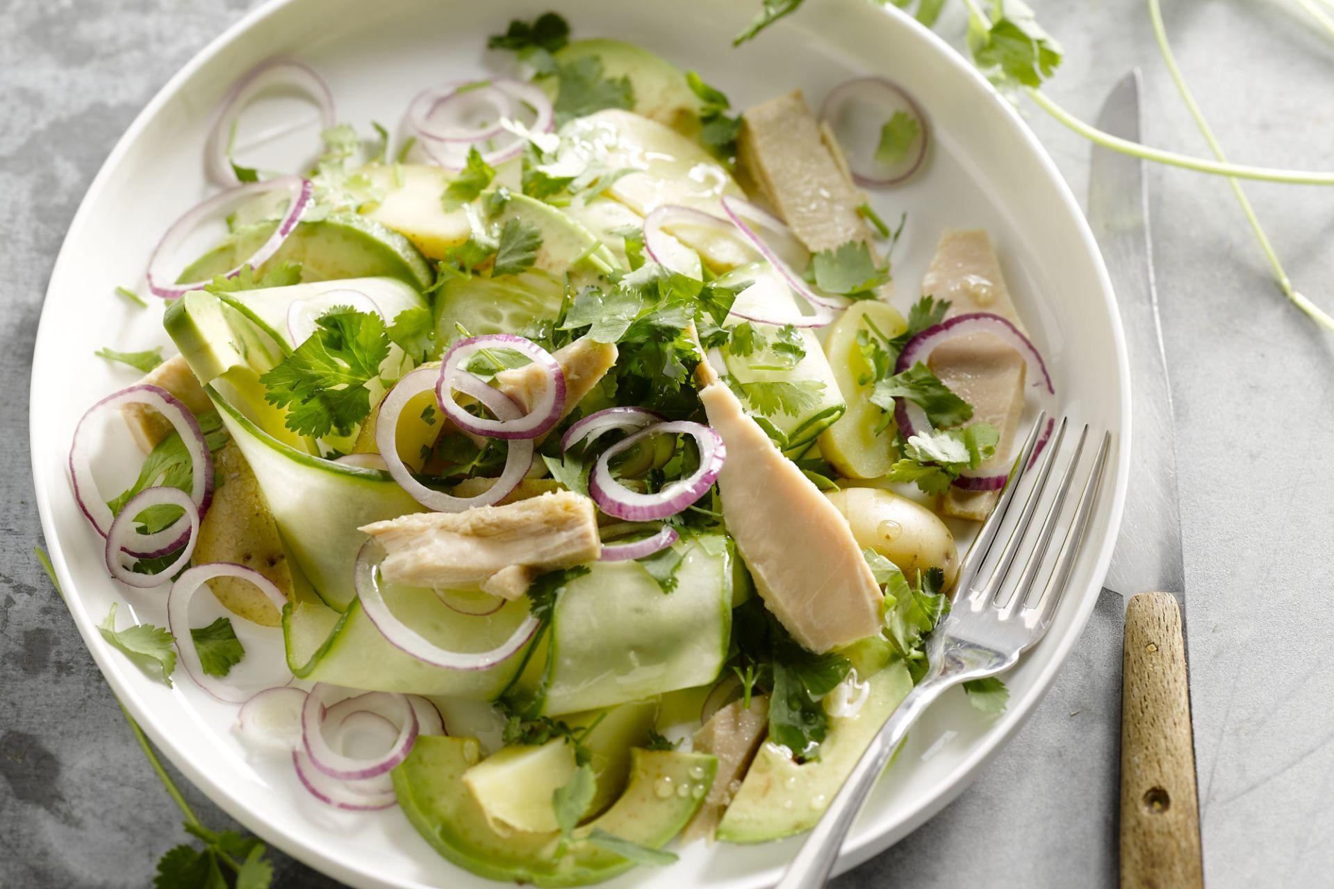 Salade met tonijn, komkommer en avocado