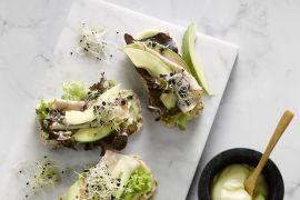 Foto van Rijstwafel met kip en avocado