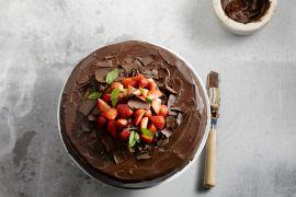 Foto van Feestelijke chocoladetaart met aardbeien