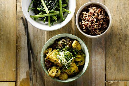 Stoofpotje van tofu met rode rijst en groenten